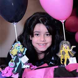 Aline comemora 10 anos com festa do Monster High