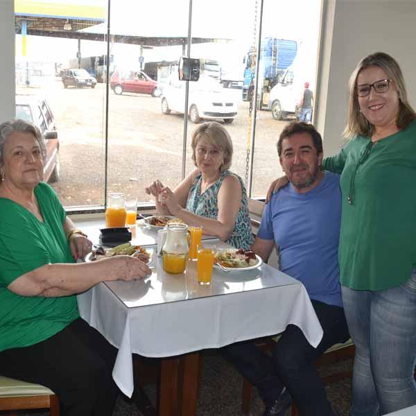 Diversas famílias prestigiam o Restaurante Brumado