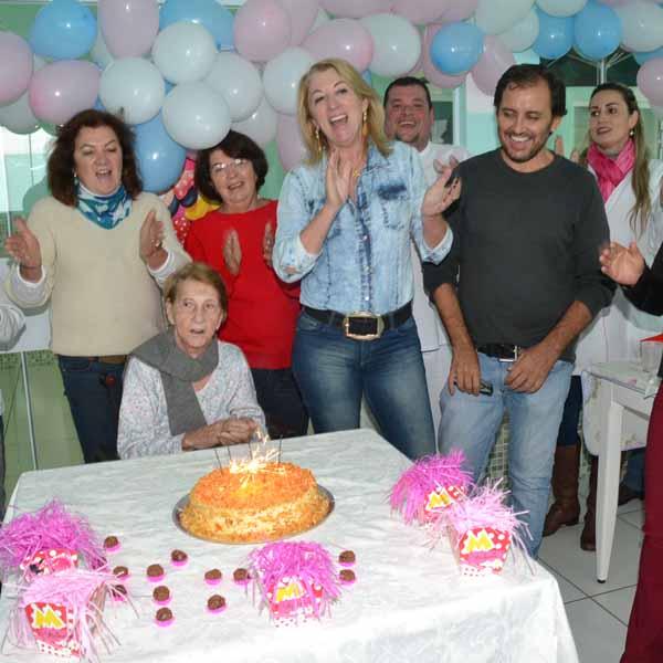 Benedita Fabiano faz aniversário com festa ao lado de sua familia