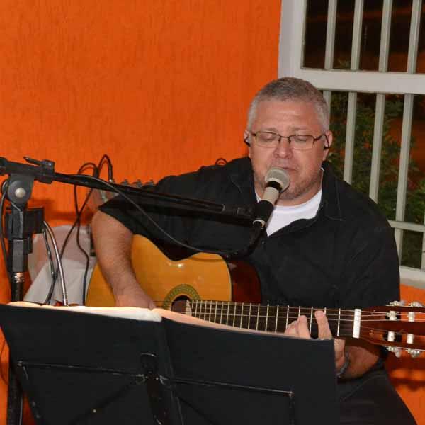 Cidão Voz & Violão se apresenta na Dom Pepe