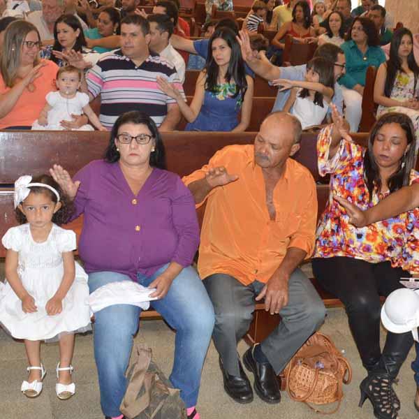 Crianças são batizadas em celebração na Igreja Matriz