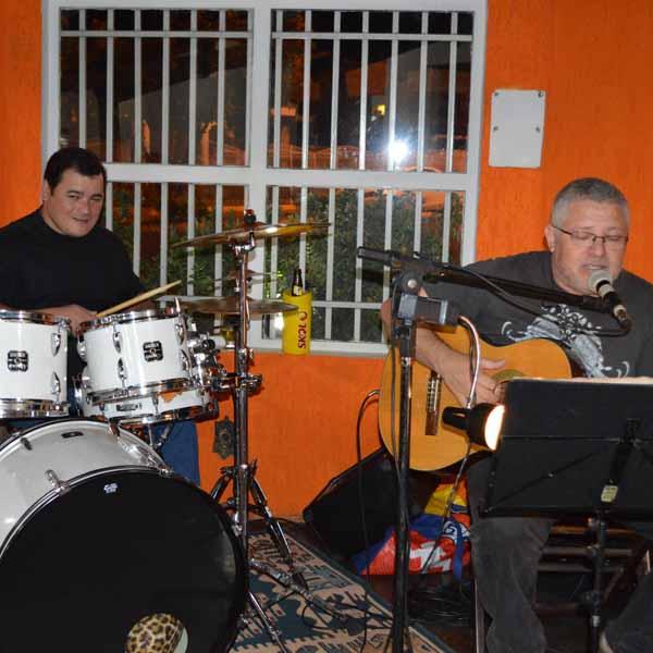 Dom Pepe Pizzaria oferece música ao vivo para os seus clientes