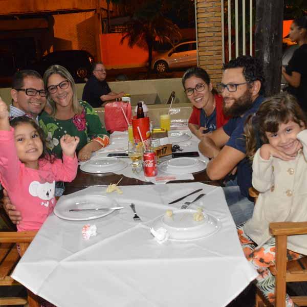 Famílias e amigos se reúnem para saborear as delícias da Dom Pepe Pizzaria