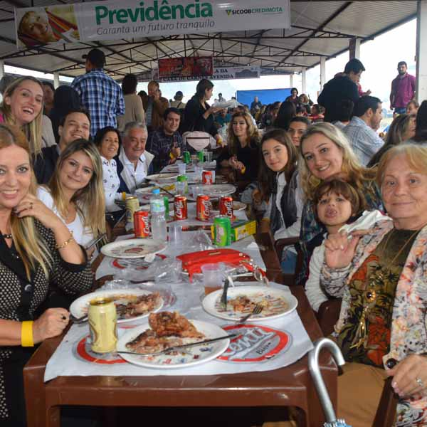 Dezenas de pessoas participam do Almoço Costela no Fogo de Chão