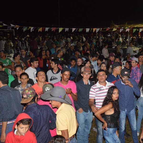 Galera animada prestigia festa de São João na Fazenda Virginia