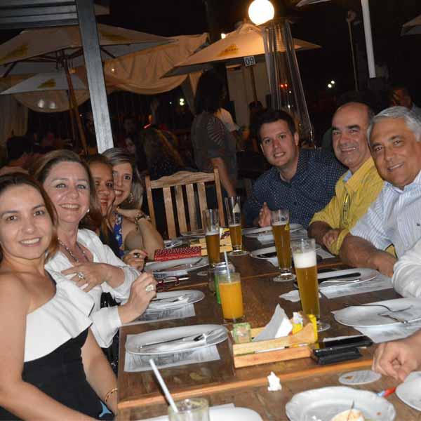 Ao som de Vinícius Dias Zurlo, galera curte a noite de sábado na Luss Cervejaria