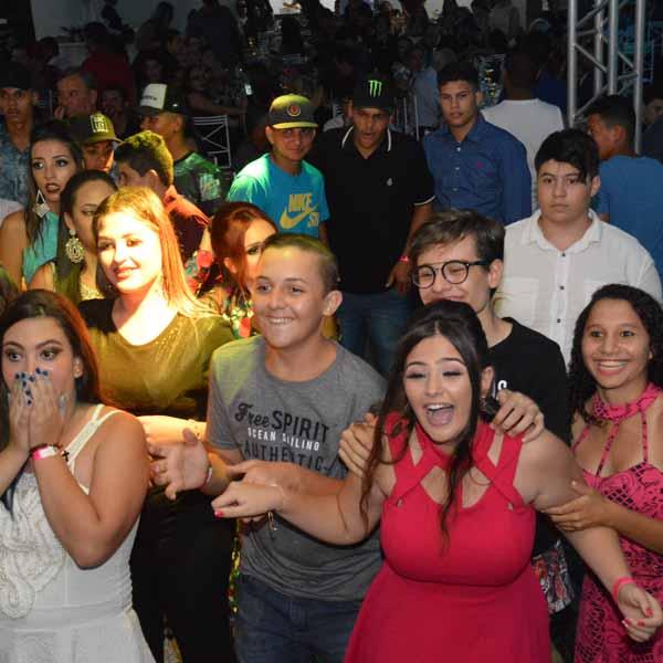 Alunos da escola Dr. Cláudio de Souza colam grau e comemoram