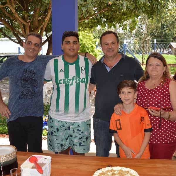 Família Alphonse reúne membros para comemorar aniversários