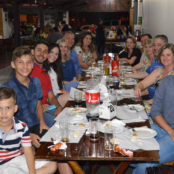 Galera saboreia a melhor pizza da região na Dom Pepe Pizzaria