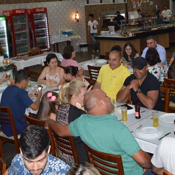 Amigos e familiares confraternizam no Restaurante e Lanchonete Sapezal