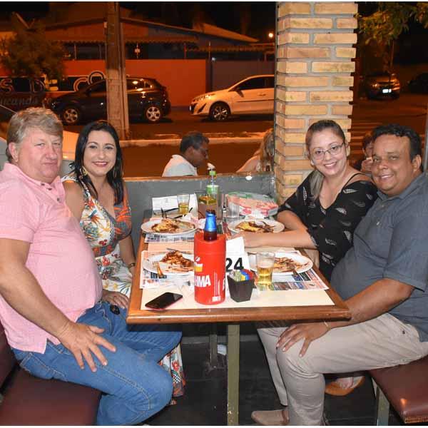 Clientes da Dom Pepe saboreiam a melhor pizza da região.