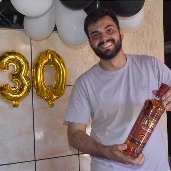 Lucas Goldin completa 30 anos e faz festa