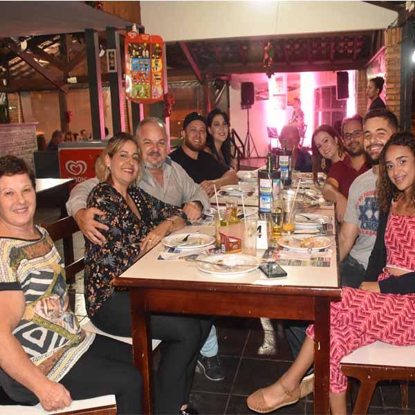Galera saboreia a melhor pizza da região na Dom Pepe Pizzaria.