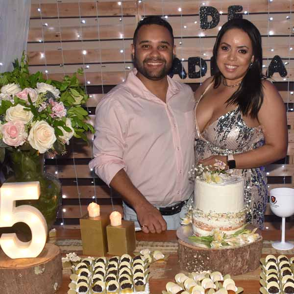 Alan e Ana Carolina celebram Bodas de Madeira