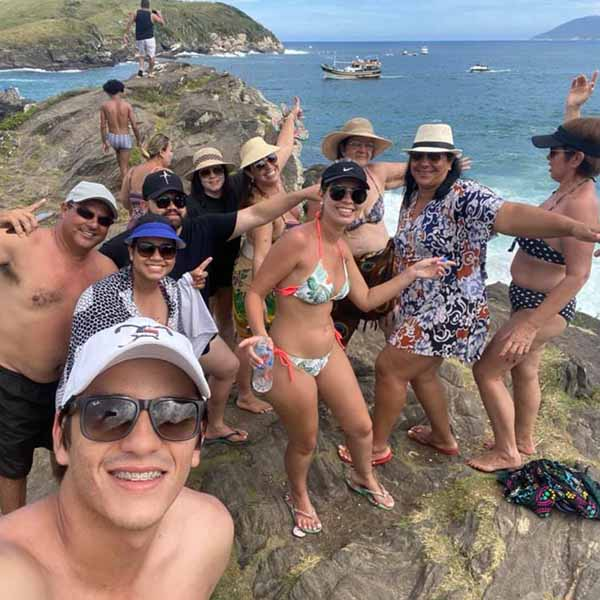 Galera de Paraguaçu e região curte a praia em Cabo Frio no Rio de Janeiro.
