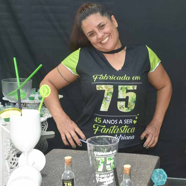 Adriana Araújo recebe festa surpresa