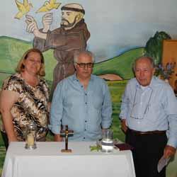 RETROSPECTIVA - 07/10/2014 - Família Queiroz prepara celebração em capela