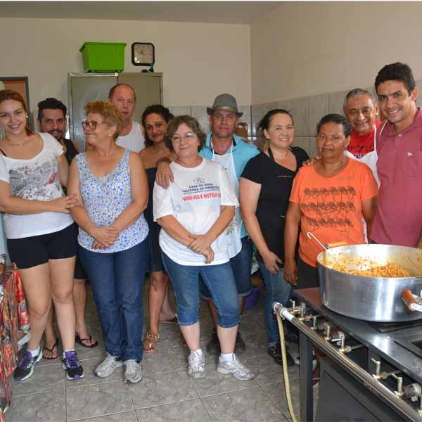 RETROSPECTIVA -21/12/2015 - Casa da Sopa reúne famílias e confraternizam