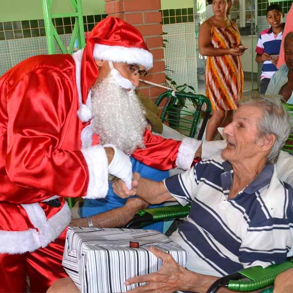 RETROSPECTIVA - 25/12/2015 - Lar dos Idosos recebe Papai Noel