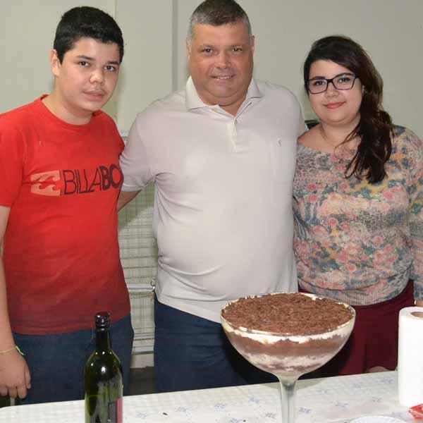 RETROSPECTIVA - 16/05/2016 - Sandro ganha festa surpresa em seu aniversário