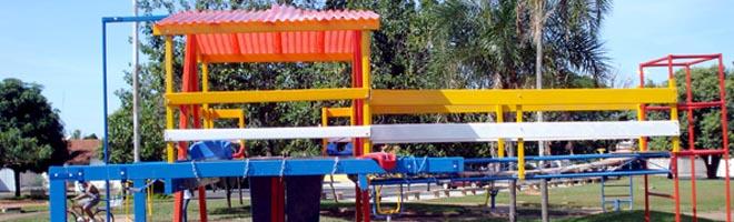 """Prefeitura instala """"parquinho"""" na praça do Panambi"""