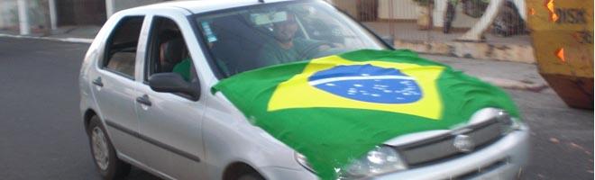 Torcedores saem às ruas para comemorarem os gols do Brasil