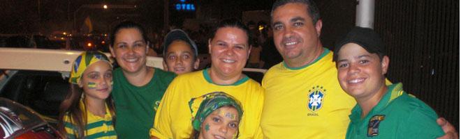 Depois de assistirem à goleada do Brasil, torcedores comemoram a vitória nas ruas!