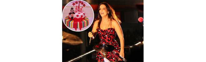 Ivete Sangalo ganha festa surpresa de fãs