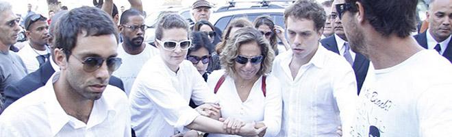 Cissa Guimarães é consolada por amigos no velório do filho