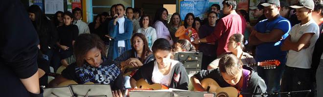 No Dia do Estudante, Grupo de Violas faz apresentação surpresa em escolas