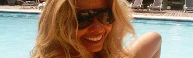 Adriane Galisteu se bronzeia na piscina para o casamento.