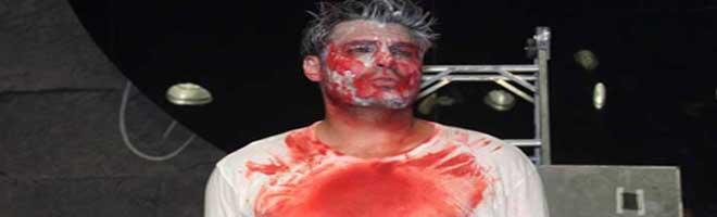 Thiago Lacerda surge cheio de sangue em reestreia de Calígula