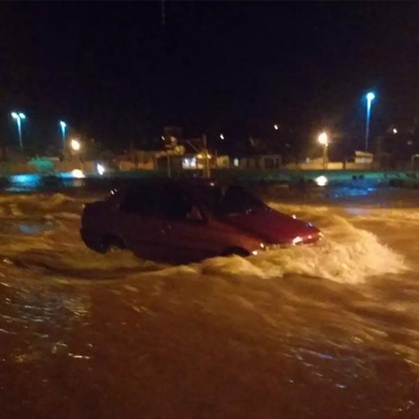 Enxurrada invade casas e leva carros durante forte chuva em Martinópolis