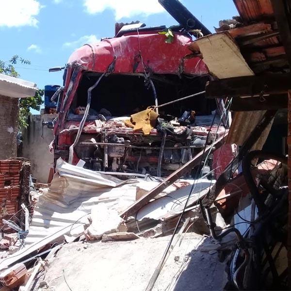Dona de casa destruída por carreta deixou lugar minutos antes: 'Achei que fosse um avião'