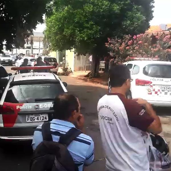 Homem morre esfaqueado e baleado na frente de casa em Assis
