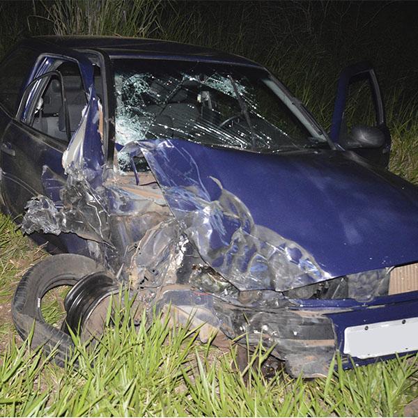 Carro tenta fazer ultrapassagem e colide contra carreta na rodovia Paraguaçu/Quatá
