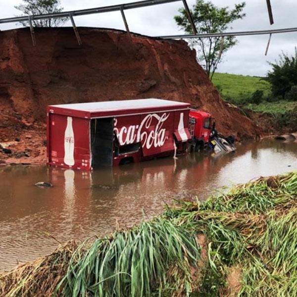Morador de Marília morre após cair com carro em cratera na SP-333