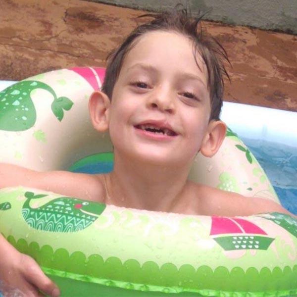 Família de criança com doença degenerativa faz campanha por doador de medula óssea