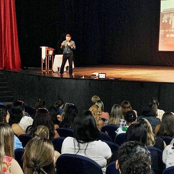 Professores lotam teatro para ouvir palestra sobre potencial transformador do educador