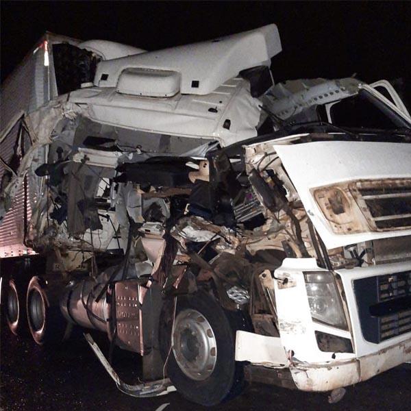 Motorista sai ileso de acidente que deixou cabine de caminhão destruída em Assis