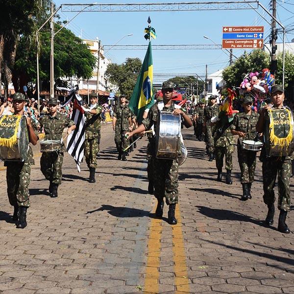 Desfile cívico marca a comemoração dos 95 anos de Paraguaçu Paulista