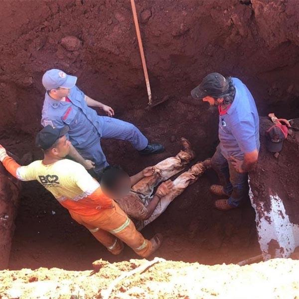 Homem é resgatado após ser soterrado durante trabalho em galeria de esgoto em Cândido Mota