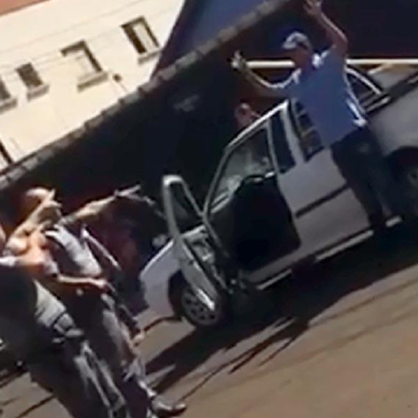 Vítima é arrastada e impede roubo de veículo em Cândido Mota