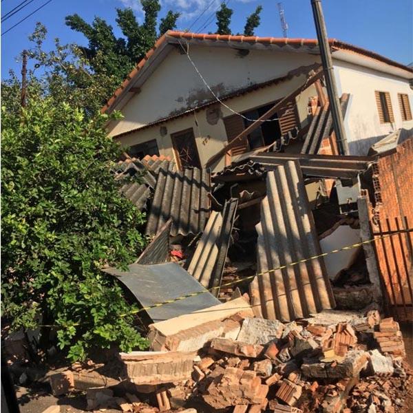 Ônibus desgovernado destrói frente de casa em Quatá