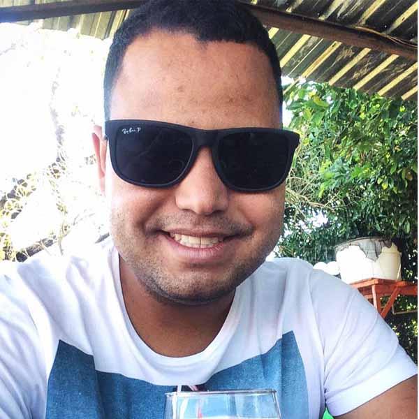 Juninho Santos apaga velinhas
