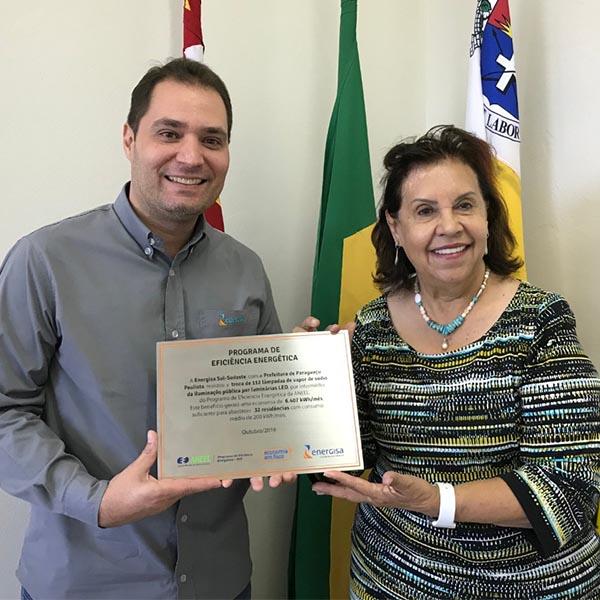 Prefeita de Paraguaçu recebe placa de projeto de iluminação pública da Energisa