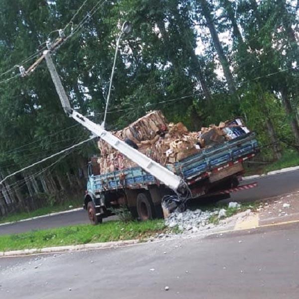 Caminhão perde freio e bate em poste no Parque Universitário em Assis