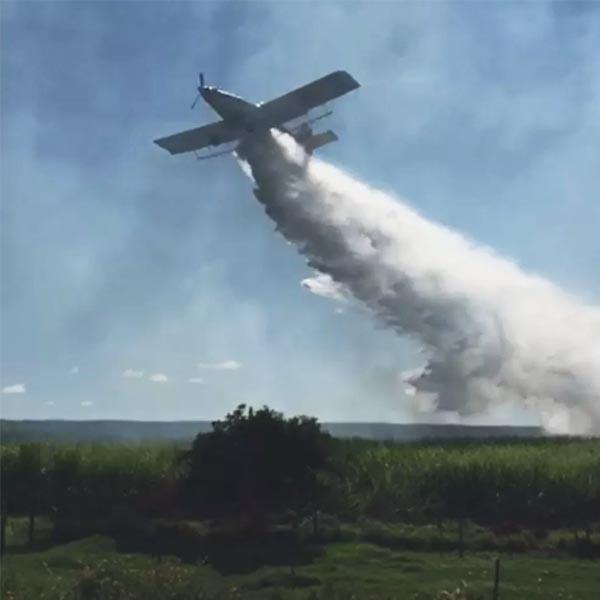 Caminhões-pipa e avião são utilizados para combater incêndio em canavial em Rancharia