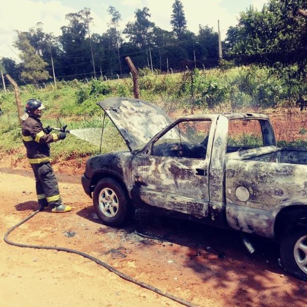 Fogo destrói caminhonete abandonada em estrada rural de Paraguaçu Paulista