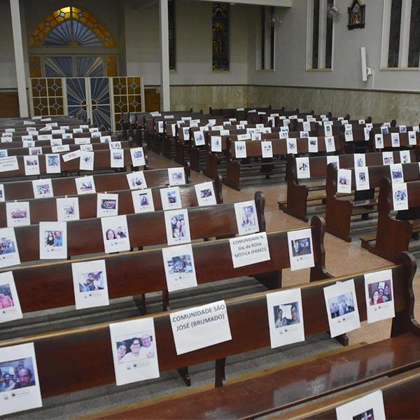 Em quarentena, Igreja Matriz fica lotada com fotos de fieis na celebração de Domingo de Ramos